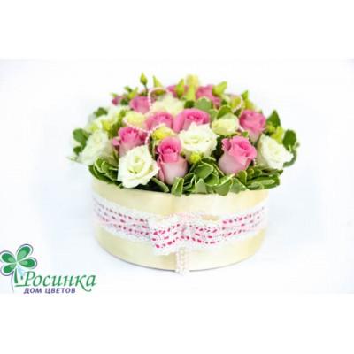Шляпная коробка с розой и эустомой