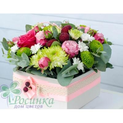 Композиция из роз и хризантем в коробке