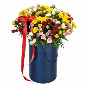 Композиция из кустовой розы в шляпной коробке №751