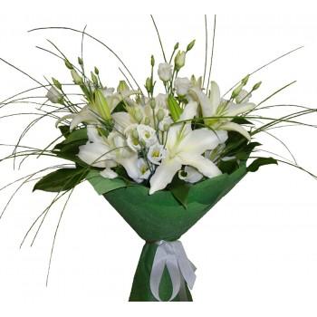 Нежный букет из белых лилий