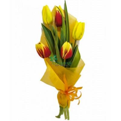 Букет из красно-желтых тюльпанов